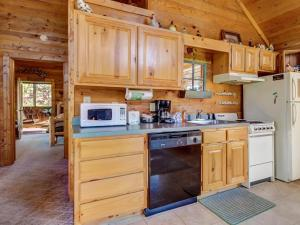 A kitchen or kitchenette at Cuddly Bear Hideaway