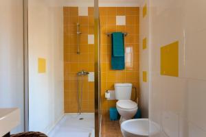 A bathroom at Beato Apartments | RentExperience
