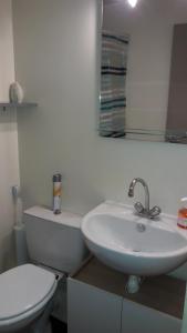 A bathroom at Studio au calme