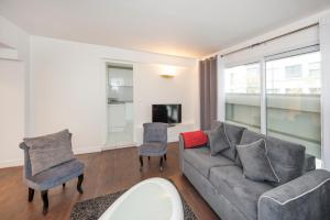 A seating area at Beautiful Javel apartment Paris