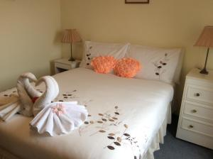 A bed or beds in a room at Connel Court Apartments