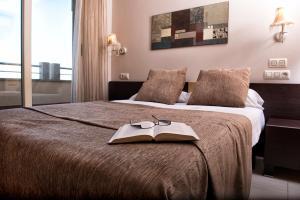 Een bed of bedden in een kamer bij Apartamentos Mediterráneo Real