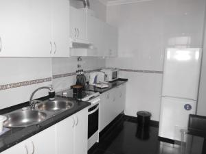 A kitchen or kitchenette at Apartamento Charmoso