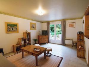 A seating area at Maison De Vacances - Aubais 1