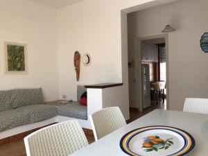 A seating area at Appartamento MareBello