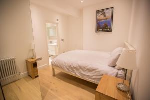 Katil atau katil-katil dalam bilik di Luxury 2 bed/bath apartment next to Hyde Park