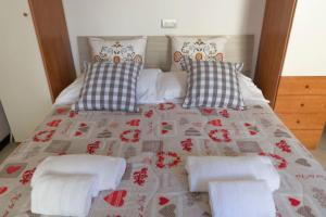 A bed or beds in a room at Appartamento Buranco