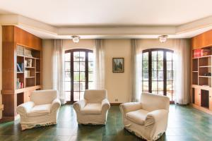 A seating area at Villa Gloria
