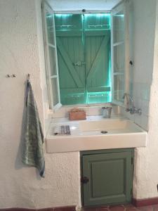 Salle de bains dans l'établissement Les Volets Verts