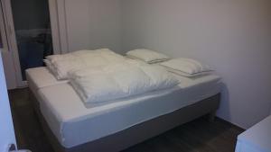 Een bed of bedden in een kamer bij lounge appartement zeedijk Oostende
