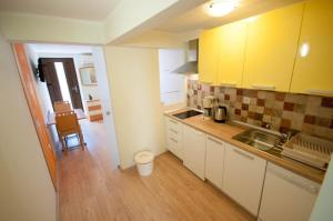 A kitchen or kitchenette at Dario Apartments And Rooms