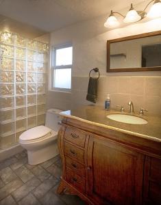 A bathroom at The Sage Hen Cottage