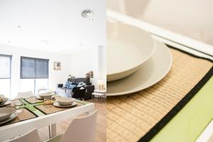 A restaurant or other place to eat at Feelathome Mozart Apartments
