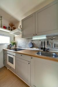 A kitchen or kitchenette at Casa Pindaro 27