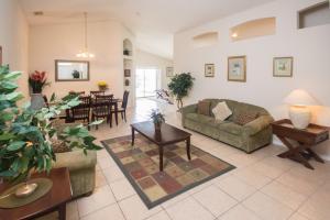 Coin salon dans l'établissement Magical Creekside Villa - Three Bedroom Home