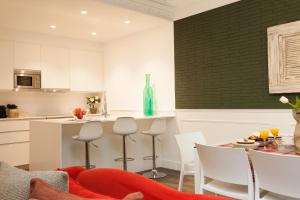 A kitchen or kitchenette at Enjoybcn Tallers Apartment