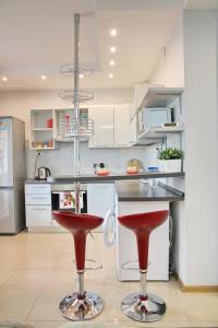 A kitchen or kitchenette at Stylish apartment on Kutuzovskiy prospekt