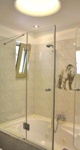 A bathroom at Saga Hotel