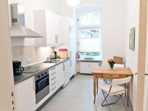 A kitchen or kitchenette at Stylisches Apartment im Schillerkiez