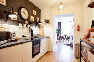 A kitchen or kitchenette at Spacious City Style Apartment