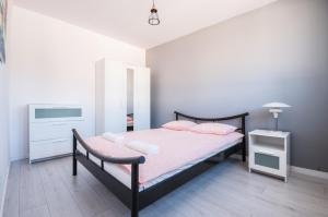 A bed or beds in a room at Gibalskiego Apartment by SleepingCar