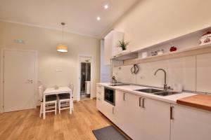 A kitchen or kitchenette at Santa Brigida 16