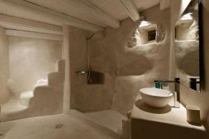 A bathroom at MELANOPETRA boutique apartments