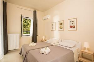 A bed or beds in a room at Skales Villas