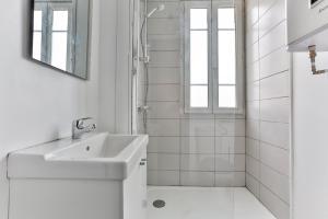 A bathroom at Studio Edgar Quinet
