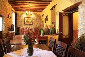 A restaurant or other place to eat at Casa Rural L´Americà