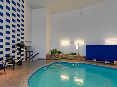 milwaukee airport hotel wi. Black Bedroom Furniture Sets. Home Design Ideas