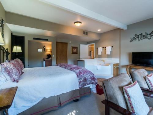 All Seasons River Inn Suite D