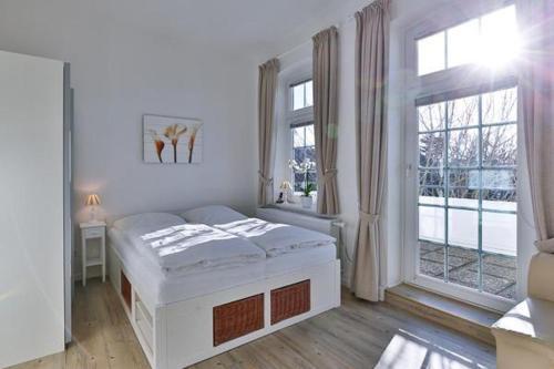 Appartement-5-mit-Suedbalkon-in-strandnaher-Lage-Baederstil-Villa-in-Wenningstedt-Sylt