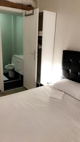 A bed or beds in a room at Suite Cocoon Paris