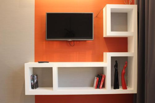 A television and/or entertainment center at Comfort Arcadia Apartments with Parking