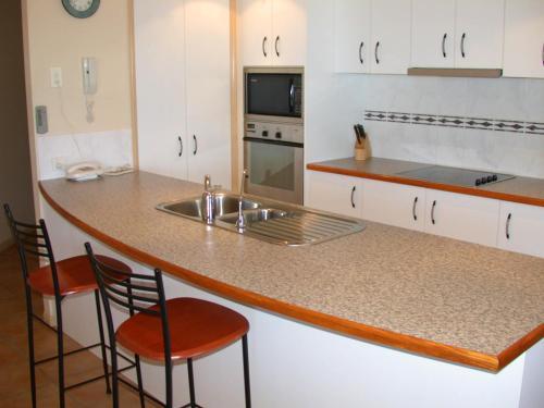 Kuhinja ili čajna kuhinja u objektu Mediterranean Beachfront Apartments