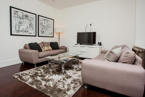 A seating area at Modern 2Bed in Central London- Close to Paddington