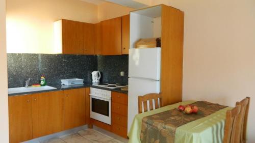 Кухня или мини-кухня в Forkis Apartments