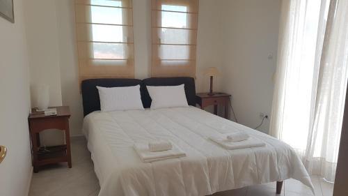 Een bed of bedden in een kamer bij Lux Apartment Thermaikos