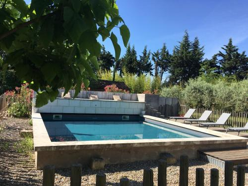 The swimming pool at or near Les cabanes de Vallis Clausa