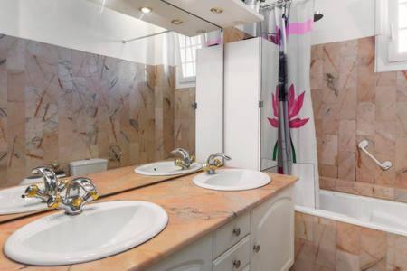 Villa 120m2 moderne ensoleillée avec piscine privée et barbecue