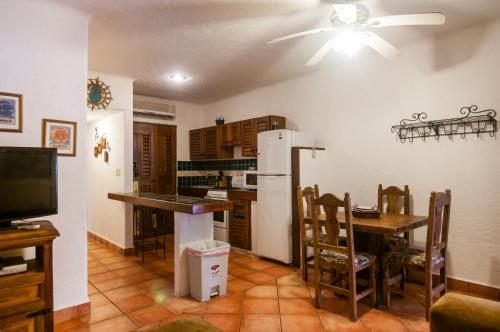 A kitchen or kitchenette at Casa Del Sol