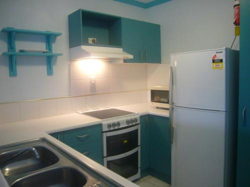 A kitchen or kitchenette at Pacific Sands Apartments