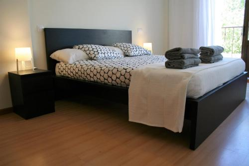 A bed or beds in a room at casa da ponte aljezur center