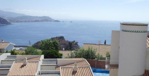 Semidetached house with private pool and sea views
