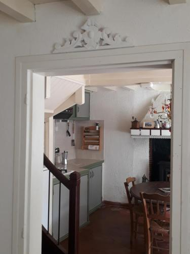 Cuisine ou kitchenette dans l'établissement Les Volets Verts