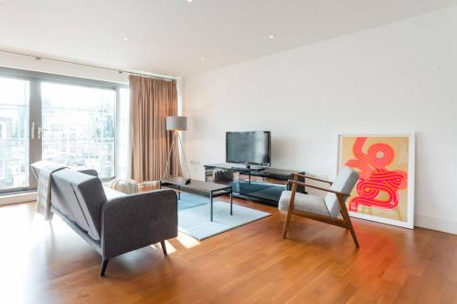 A television and/or entertainment center at Contemporary 2 bed flat in the heart of Islington