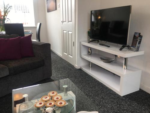 A television and/or entertainment center at Signature - Atholl House Glasgow Airport