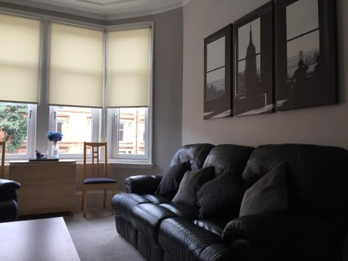 A seating area at Apartment 2 Bed West End
