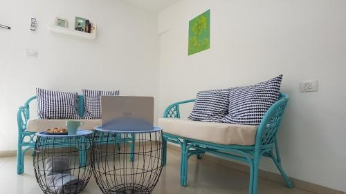 A seating area at Hili Apartments